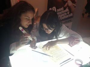 Gli studenti di Palazzo Spinelli insegnano a restaurare la carta